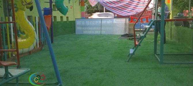 Thảm cỏ sân chơi trường mầm non